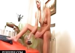 Sexy ass blondie pouring hot piss over her pink cunt